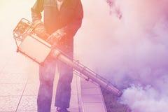 Мягкий фокус человек fogging для того чтобы исключить москита Стоковые Фотографии RF