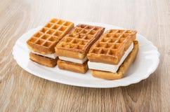 3 мягких вафли с заполненный в белом блюде на таблице Стоковые Изображения