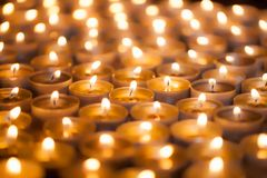 Мягкое мечтательное изображение яркого света горящей свечи от горящего света c чая Стоковое Изображение RF