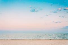 Мягкое мытье океанских волн моря над белым песком, предпосылкой пляжа Стоковое Изображение