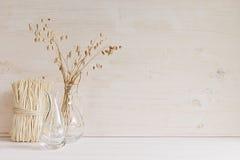 Мягкое домашнее оформление стеклянной вазы с колосками и черенок на белой деревянной предпосылке Стоковая Фотография RF