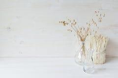 Мягкое домашнее оформление стеклянной вазы с колосками и черенок на белой деревянной предпосылке Стоковые Изображения