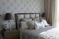 Мягкое украшение в естественном свете в спальне Стоковое фото RF
