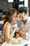 Мягкое фото фокуса счастливого усмехаясь датировка пар на кафе стоковые фото