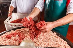 Мясники обрабатывая сосиски стоковое фото rf