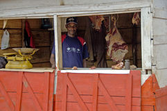 Мясник его магазин продавая свежее мясо стоковые фото