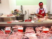 Мясник на разделе мяса гастронома стоковое изображение