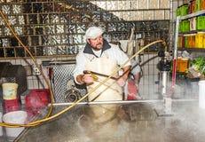 Мясник подготавливает свежую сосиску Стоковая Фотография RF