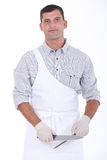 Мясник точить его нож стоковые фото