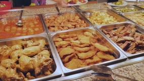 Мясные блюда на обед на гостинице Обслуживание собственной личности сток-видео
