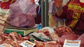 Мясные продукты витрины в супермаркете Русский рынок Счетчики мяса Свежее мясо на таблице Женщина продавец акции видеоматериалы