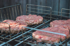 Мясо бургеров на гриле Стоковые Изображения