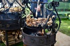 Мясо будучи сваренным на углях Стоковая Фотография