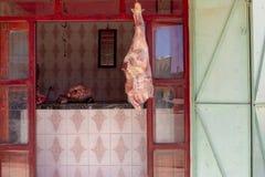 Мясо вися вне магазина мясников в Merzouga, Марокко стоковая фотография