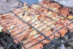 Мясо в жарке гриля на гриле Стоковые Изображения