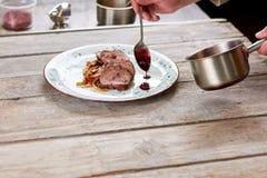 Мясо говядины шеф-повара лить с цвета вишн соусом Стоковая Фотография RF