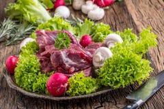 мясо говядины сырцовое Сырцовый стейк tenderloin говядины на разделочной доске с солью перца розмаринового масла в других положен Стоковые Фотографии RF