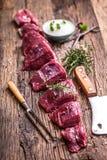 мясо говядины сырцовое Сырцовый стейк tenderloin говядины на разделочной доске с солью перца розмаринового масла в других положен Стоковое фото RF