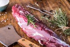 мясо говядины сырцовое Сырцовый стейк tenderloin говядины на разделочной доске с солью перца розмаринового масла в других положен Стоковые Фото