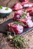 мясо говядины сырцовое Сырцовый стейк tenderloin говядины на разделочной доске с солью перца розмаринового масла в других положен Стоковое Изображение RF