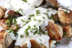 Мясо жареной курицы с сметаной стоковое фото rf
