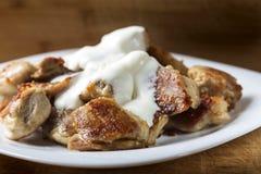 Мясо жареной курицы с сметаной стоковое изображение