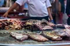 Мясо зажаренное на гигантском барбекю стоковое фото rf