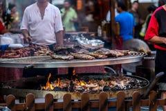 Мясо зажаренное на гигантском барбекю стоковые изображения