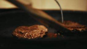 Мясо зажарено в лотке дома видеоматериал