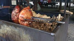 Мясо зажарено в духовке видеоматериал