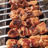 Мясо зажарено на ручках на угле стоковое изображение