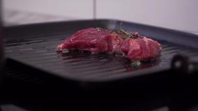 Мясо зажарено на сковороде видеоматериал