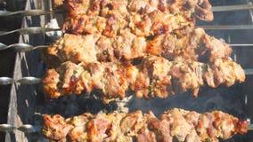 Мясо зажарено на угле видеоматериал