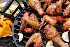 Мясо и овощи во время приготовления на гриле Стоковое Изображение RF