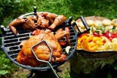 Мясо и овощи во время приготовления на гриле Стоковое Изображение