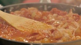 Мясо и овощи тушёного мяса кипя в конце сковороды вверх Кулинарная концепция видеоматериал