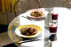 Мясо и овощи Chiken на плите Стоковые Фото