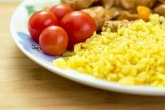 мясо и рис с овощами на блюде Стоковое Изображение