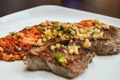 Мясо и рыбы на плите стоковые фотографии rf