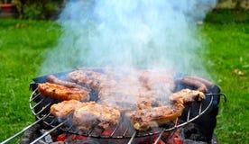 Мясо и сосиски на гриле Стоковое Изображение RF
