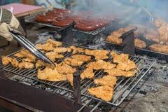 Мясо и сосиски на решетке гриля Стоковая Фотография