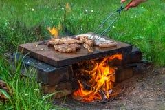 Мясо и сосиски приготовления на гриле Стоковая Фотография