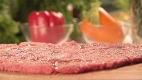 Мясо и сочные овощи с зелеными цветами Кашевар дома видеоматериал