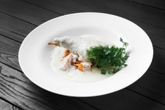 Мясо кролика потушило в сметане на белой плите Стоковая Фотография