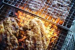 Мясо на гриле с пламенем bbq напольный стоковое фото
