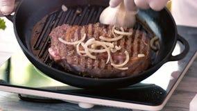 Мясо на лотке гриля видеоматериал
