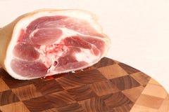 Мясо на прерывая доске Стоковые Фото