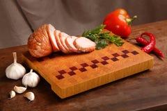 Мясо на прерывая доске Стоковые Изображения