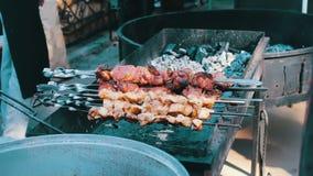 Мясо на протыкальнике Огромное shish kebab зажарено на гриле барбекю Барбекю, гриль видеоматериал