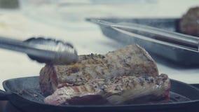 Мясо на сковороде не-ручки подготовлять мяса шеф-повара акции видеоматериалы